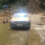 Mercedes S450 dán Wrap kiểu Maybach vượt suối gây chú ý
